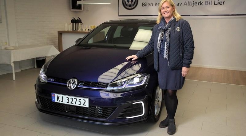 Plug-In Hybridauto VW Golf GTE mit der neuen Besitzerin Turid Sedahl Knutsen