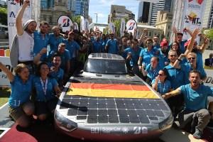 Das Team mit ihrem Solar-Elektroauto Bluecruiser der Hochschule Bochum in Australien. Bildquelle: Hochschule Bochum