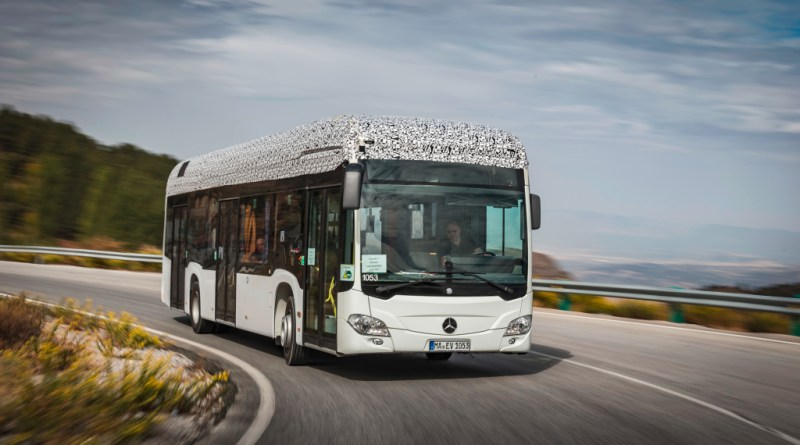 Der Citaro mit vollelektrischem Antrieb durchläuft zurzeit den gleichen umfangreichen Test- und Erprobungszyklus wie jeder andere Omnibus von Mercedes-Benz. Prototypen haben zum Beispiel erfolgreich eine erste Wintererprobung bei eisigen Temperaturen am Polarkreis und eine Sommererprobung in der Hitze der spanischen Sierra Nevada absolviert. The Citaro with all-electric drive is currently being put through the same comprehensive cycle of trials and testing to which every other bus built by Mercedes-Benz is subjected. Prototypes have, for example, already successfully undergone initial winter testing in icy temperatures at the Arctic circle as well as summer testing in the heat of Spain's Sierra Nevada. Bildquelle: Mercedes-Benz