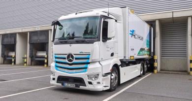Hamburger Supermärkte werden ab jetzt elektrisch beliefert: Mercedes-Benz Trucks übergibt eActros an Meyer-Logistik Hamburg supermarkets receive deliveries electrically now: Mercedes-Benz Trucks hands over eActros to Meyer-Logistik Bildquelle: Mercedes-Benz