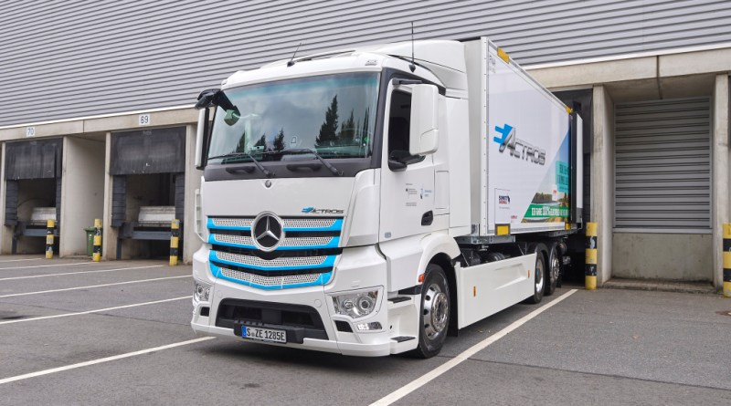 Hamburger Supermärkte werden ab jetzt elektrisch beliefert: Mercedes-Benz Trucks übergibt eActros an Meyer-Logistik Hamburg supermarkets receive deliveries electrically now: Mercedes-Benz Trucks hands over eActros to Meyer-Logistik Bildquelle: Mercedes-Benz