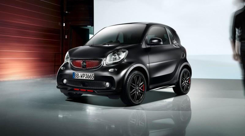 """Mit dem Sondermodell edition pureblack präsentiert smart in Paris eine besonders edle Variante des Zweisitzers. Angeboten wird das limitierte Sondermodell sowohl mit beiden Benzinmotoren (Kraftstoffverbrauch kombiniert: 5,0-4,8 L/100 km, CO2-Emissionen kombiniert: 114-110 g/km*) als auch als elektrischer smart EQ fortwo (Stromverbrauch kombiniert: 18,3-13,2 kWh/100 km; CO2-Emissionen kombiniert: 0 g/km*). smart is presenting a particularly stylish variant of the two-seater in Paris in the guise of the """"edition pureblack"""" special model. This limited-edition special model will be available both with the two petrol engines (fuel consumption, combined: 5.0-4.8 l/100 km; CO2 emissions, combined: 114-110 g/km*) and as an electric smart EQ fortwo (power consumption, combined: 18.3 -13.2 kWh/100 km; CO2 emissions, combined: 0 g/km*). Bildquelle: Daimler"""