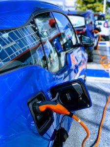 Ein Elektroauto wird aufgeladen. Bildquelle: @ John Cameron / Unsplash.com