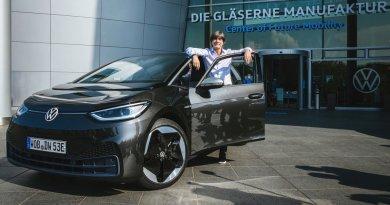 Joachim Löw startet die Produktion des Elektroauto VW ID.3 dabei