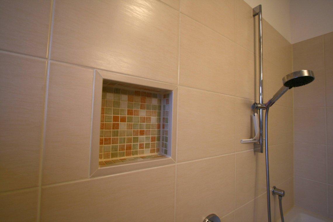 Bad sanieren mit Elektrik und Badmoebeln  Fliesenleger