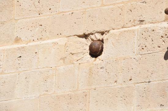 Kanonenkugel in der Wand