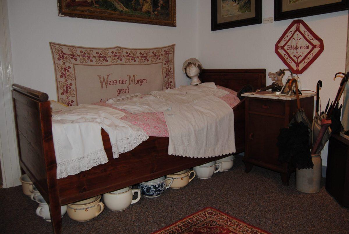 ein altes schlafzimmer mit mutti papa kindern oma und opa in einem raum meinnhavo. Black Bedroom Furniture Sets. Home Design Ideas