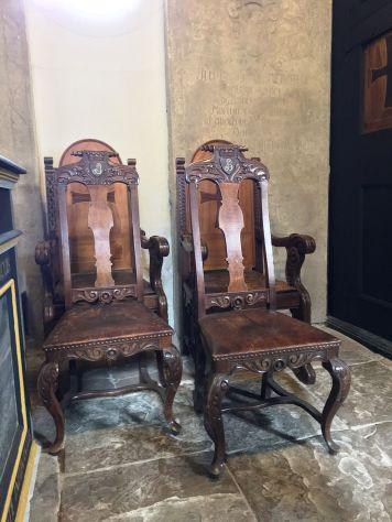 Zwei Stühle in der Ordenskirche.