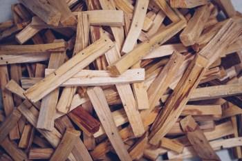 1 kg unserer Normalen Qualität - die nahe von der Rinde stammt. Es ist leichter als das Kernholz.