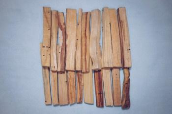 20 Sticks unserer Normalen Qualität - die nahe von der Rinde stammt. Es ist leichter als das Kernholz.