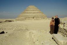 Weidners vor der Stufenpyramide