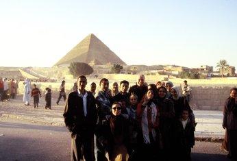 Vor einer der Pyramiden von Gizeh