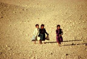 Auf dem Schulweg in der Wüste