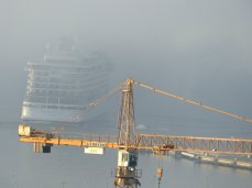 Kreuzfahrtschiff verschwindet im Nebel