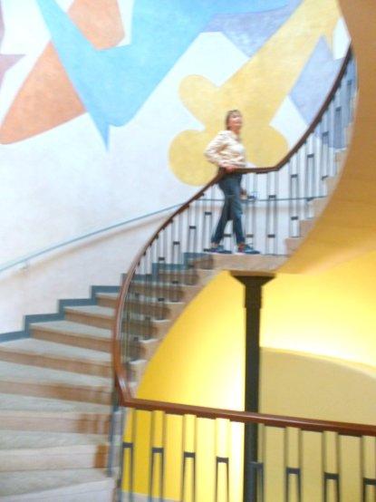 Frau auf Treppe - frei mach Schlemmer