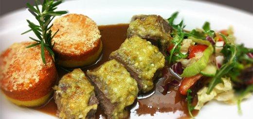 Lammrücken unter der Oliven-Schafskäse-Kruste auf Rotweinsoße mit zweifarbiger Polenta und Salat