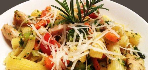 Pasta mit Gemüse und Hähnchenbrust