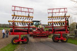 Die Kurzscheibenegge kann Kluten zu einem feinen Saatbeet bearbeiten. Durch die 6 Meter Arbeitsbreite können so an einem Tag 50 Hektar bestellt werden, wo andere mehrere Tage bräuchten.