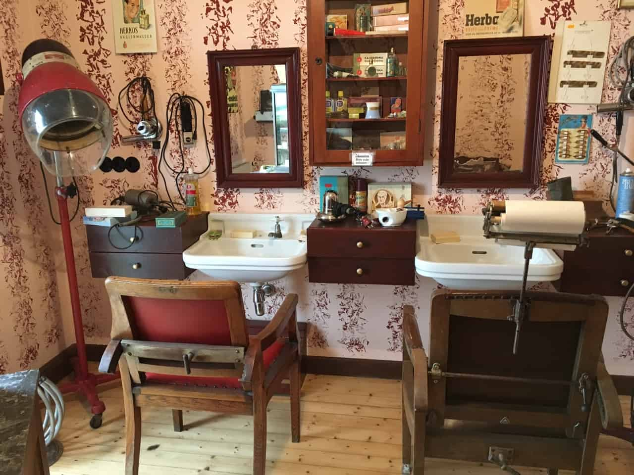 Frisörladen mit Haube und Waschbecken