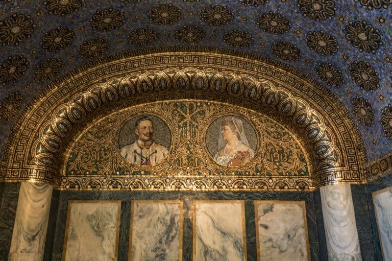 Kaiser Wilhelm II. nebst Gattin. Ihm war die Kirche vom evangelischen Kirchenbauverein Berlin geschenkt worden.