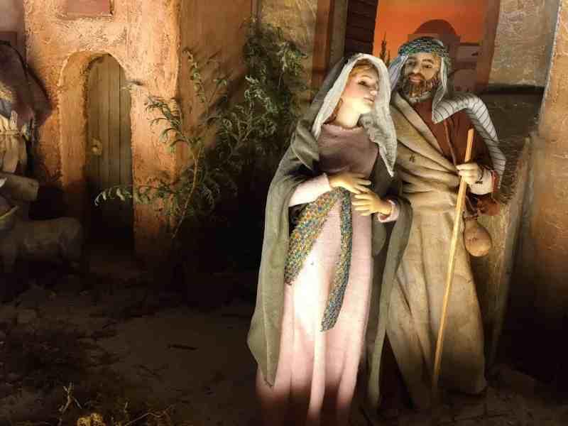 Weihnachtskrippe mit einer schwangeren Maria