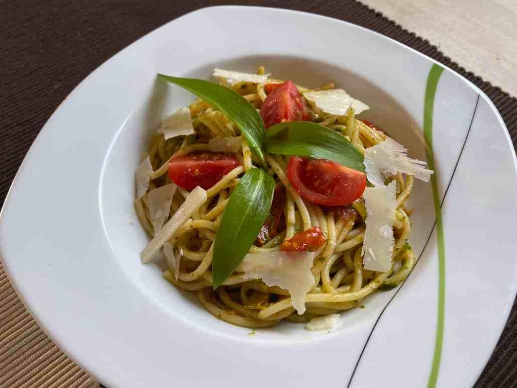 Spaghetti mit Tomaten, Parmesan und Bärlauchpesto
