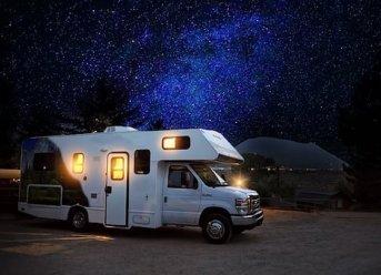 Wohnmobil in der Nacht