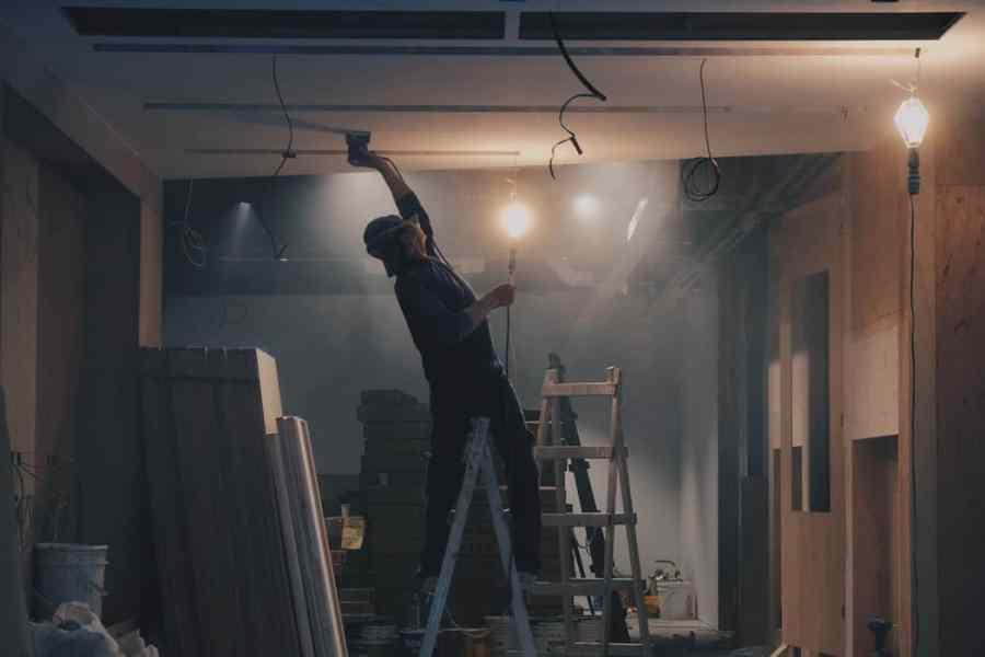 Bauarbeiter auf Baustelle mit einer Handleuchte