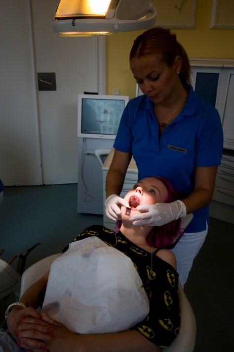Mit nye smil Natascha Linea Kaup får lavet tænder hos Københavns Implatat Center. Poul Kirketerp er tandlægen der har stået for forskønnelsen.