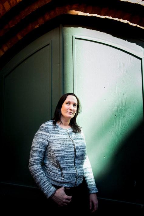 Paulina Hultberg Novahuset, Västra Vägen 32, 582 28 Linköping Det er historien om Paulina, som blev voldtaget og solgt til andre mænd af sin kæreste, da hun var ganske ung. Da hun opdagede, at hun var gravid, fik hun pludselig noget at leve for, og så stak hun af fra ham og livet som sex-slave. Men det var først, da hun så hans billede i avisen en dag, hun stod frem og fortalte om forbrydelserne mod hende. Han havde også sex-mishandlet og solgt fire andre kvinder. Han fik 15 års fængsel. Paulina arbejder i dag i Novahuset, som hjælper voksne med senfølger af seksuelle overgreb. Jour: Louise Søgård Foto: Morten Mejnecke Aller Media A/S Havneholmen 33 1561 København V © 2016