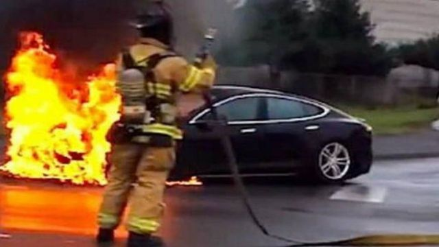 Un Tesla se incendió solo, y su conductor casi muere | Mejor Informado