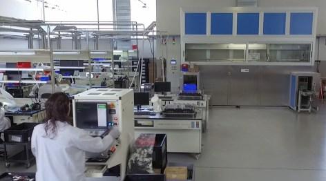 Veduta sulla MEG per il lavaggio e deflussaggio schede / View of the Defluxing machine