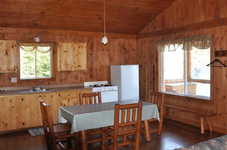 Chalet Chevreuil cuisine et salle à manger de la Pourvoirie Mekoos.