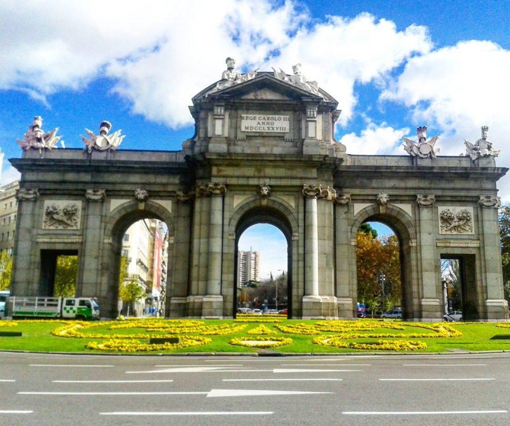Porta de Alcala com guia turistico brasileiro em Madrid