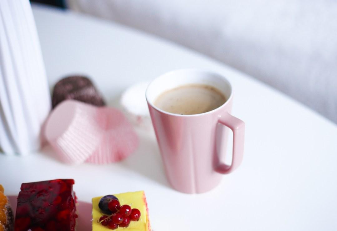 Mit Kaffee starte ich mein Osterbrunch und serviere leckeren Kuchen auf dem Frühstücksset von Flairooom