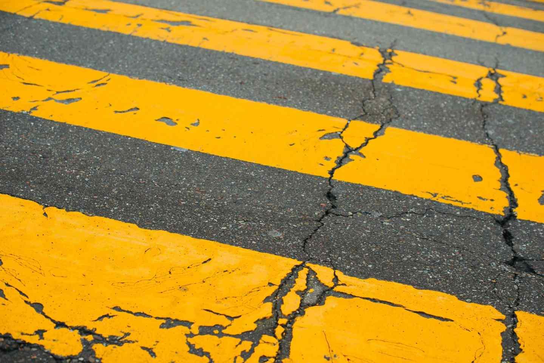 2021 yılının renklerini simgeleyen gri çimentolu bir yolun üzerinden sarı renkte geçen bir yol Nihai gri ve aydınlatıcı