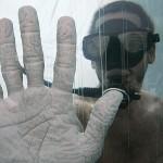 La mano accartocciata dell'illusionista americano David Blaine dopo cinque giorni in una vasca piena d'acqua