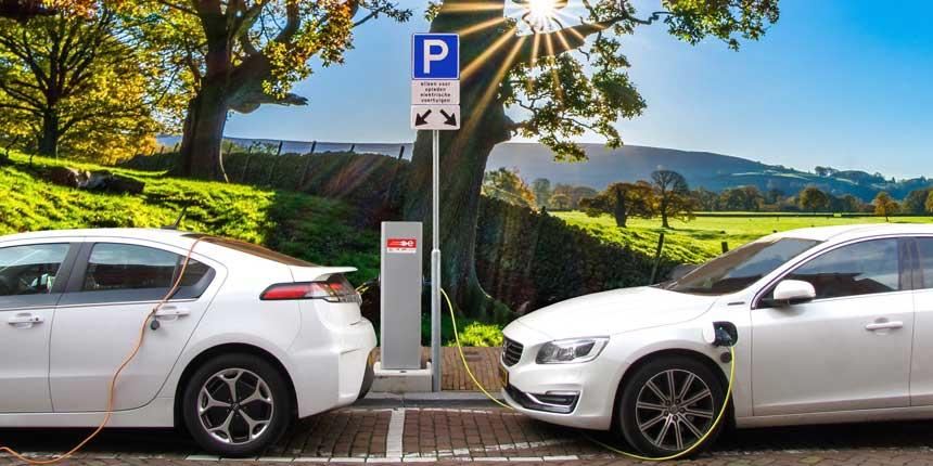 un punto de recarga para automóvil eléctrico con dos coches cargándose