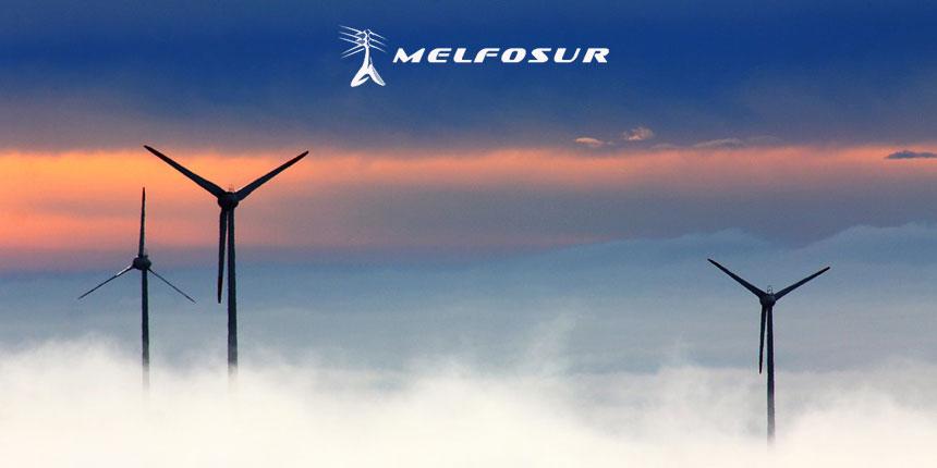 Unos molinos de viento de energía eólica en España, un país que aprovecha las ventajas de la energía eólica