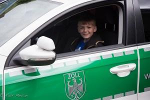 Leon im Auto des Zoll