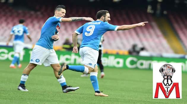 Napoli vs Empoli - Higuain esulta dopo il gol con Hamsik