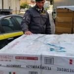 Napoli, trasportava 300 kg di sigarette di contrabbando e percepiva anche il reddito: arrestato