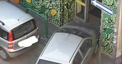 Melito - auto fermata davanti all'ufficio postale