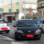 Melito. Parcheggio selvaggio: auto in sosta contromano diventa un ostacolo