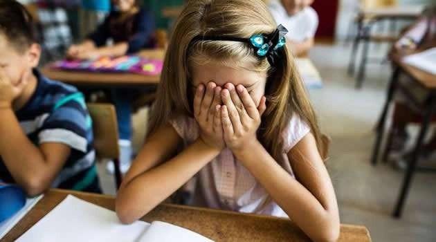 maestra morta bimba piange