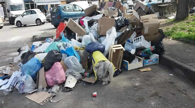 Scampia. Strade bloccate dai rifiuti in segno di protesta