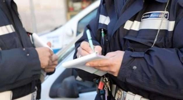 Figuraccia dei vigili di Melito. Auto della Municipale multata nella vicina Giugliano