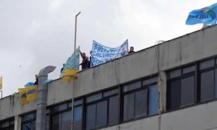 Operai dell'American Laundry sui tetti dell'azienda
