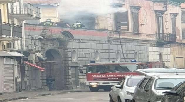 Frattamaggiore. Incendio a Via Roma