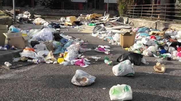 Arzano. Getta rifiuti in strada: intervengono le Forze dell'Ordine